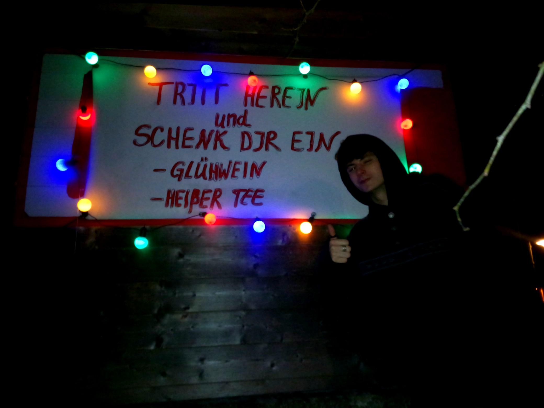 """...Plakat! """"Tritt herein und schenk dir ein""""."""