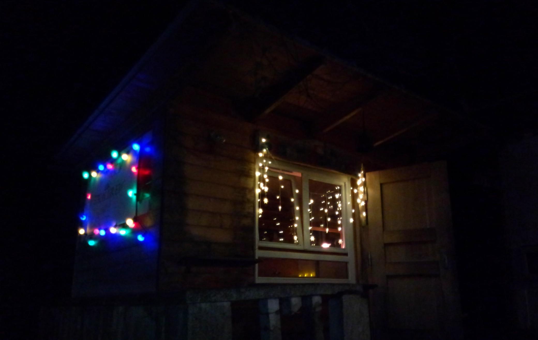 Frontansicht mit Weihnachtsbeleuchtung.