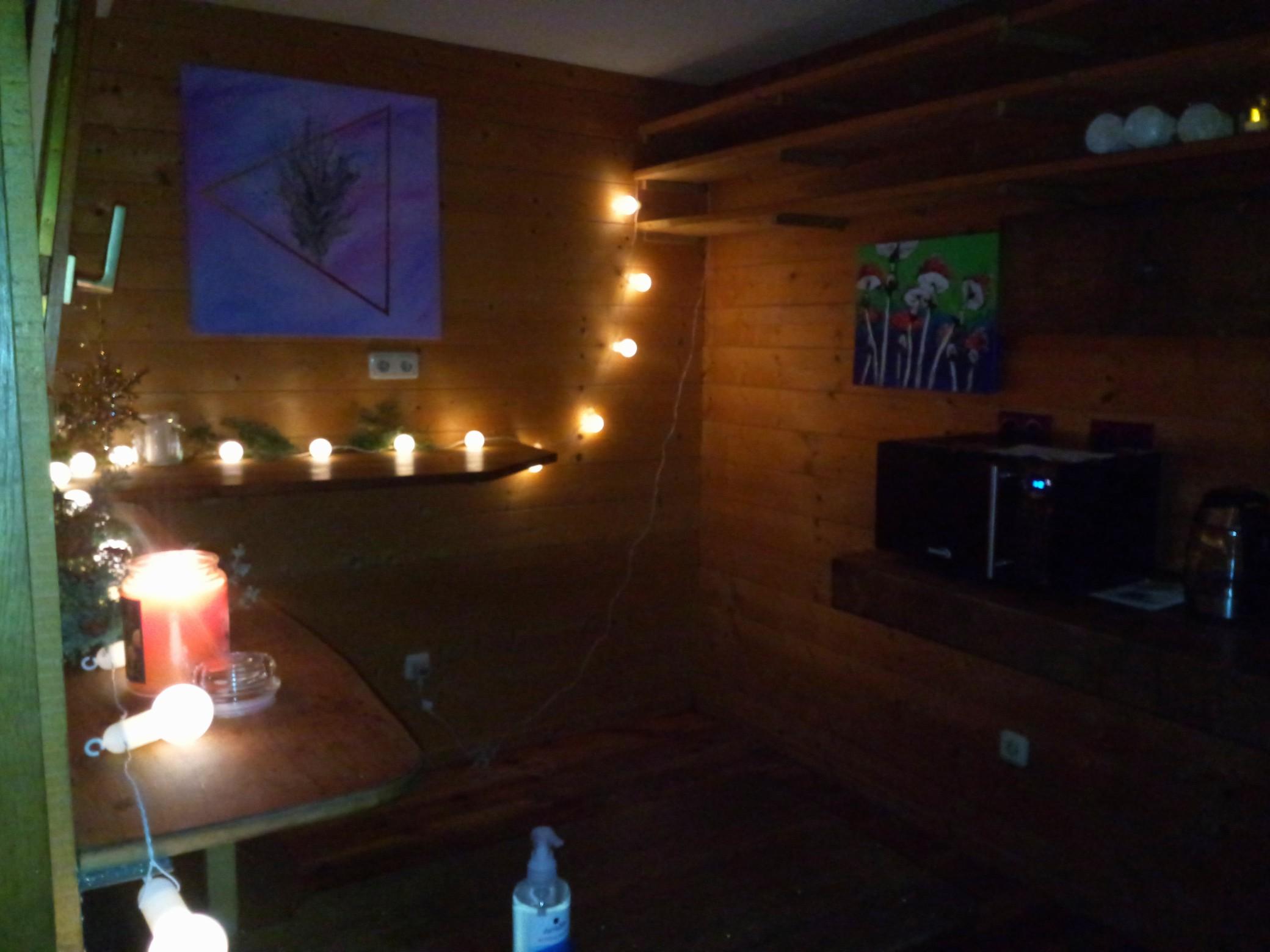 Lichter, Kerzen und Bilder schmücken das Innere des Kiosks.