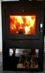 Unser alter Ofen, der uns die kalten Wintertage erträglich gemacht hat. Schönes Feuer machte er, nur leider etwas zu aufwendig gewesen. Nun haben wir einen Pelletofen.